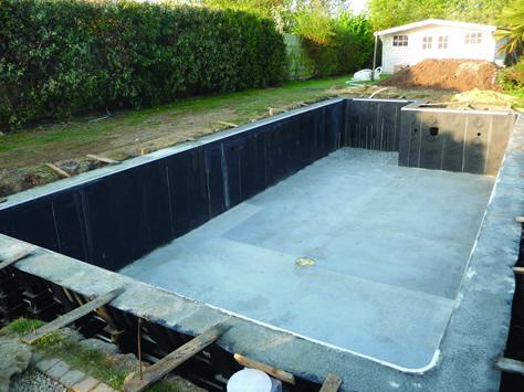 Reseau piscine piscine en kit kit panneaux coffrage b ton for Piscine en kit beton